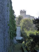Una iglesia del punto de vista de un castillo.
