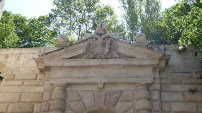 Adorning the Puerta de las Granadas.