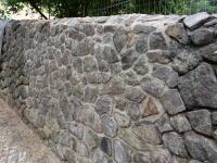 Pomosus Garten- und Landschaftsbau > Sanierung einer Bruchsteinmauer