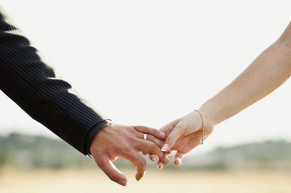 Małżeństwo trzyma się za ręce