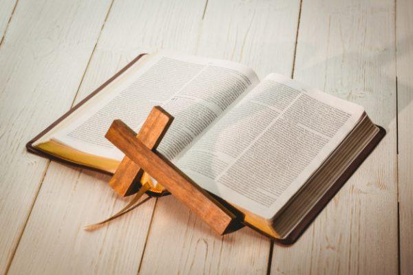 krzyż i biblia
