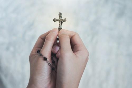 Krzyż i różaniec w rękach
