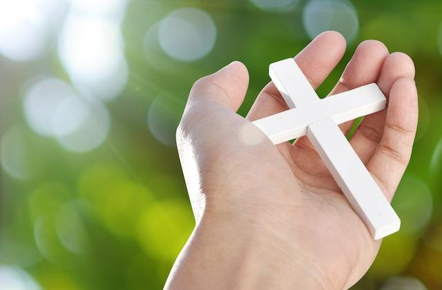 Krzyż w rękach