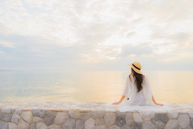 Dziewczyna oglądająca morze