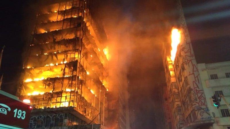 ?? São Paulo : Une tour en feu s'effondre