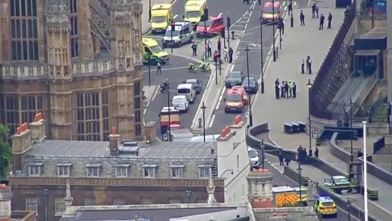 ?? Londres : Une voiture a foncé sur les barrières du Parlement Britannique. Plusieurs piétons sont blessés.