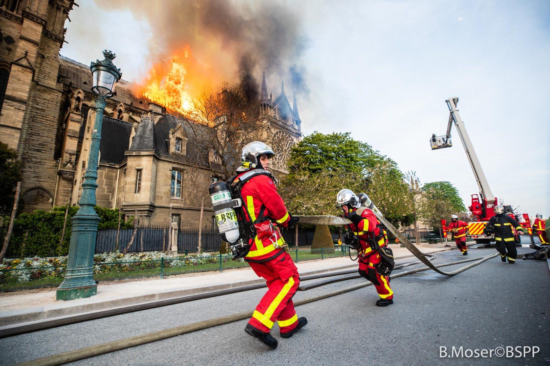 ?? Paris (75) : La cathédrale Notre-Dame de Paris en feu