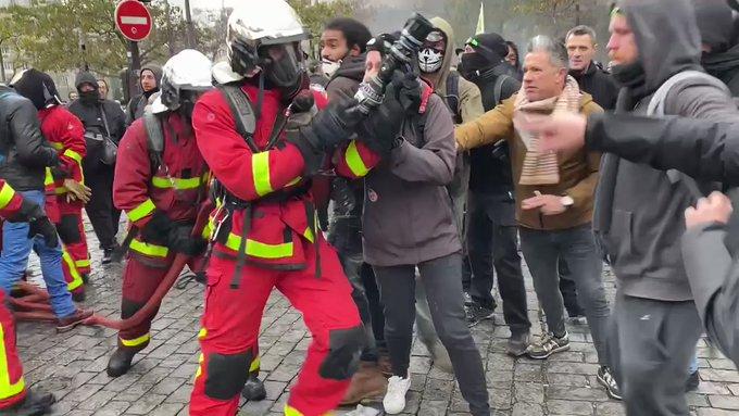 ?? Paris (75) : Les pompiers empêchés d'éteindre les incendies Place d'Italie