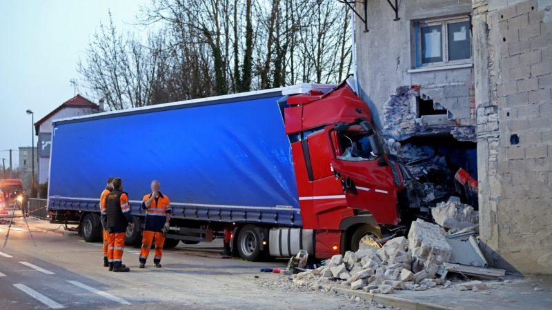 🇫🇷 Til-Châtel (21) : Un poids lourd s'encastre dans une habitation