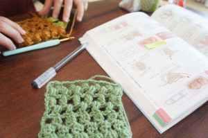 テキストを持参して編み記号の練習をしました。