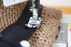 埼玉県所沢市のかぎ針編み教室pomponnerが作る麦わら帽子は、すべての帽子に汗ジミ対策用の帽子テープをミシンでお付けしています。