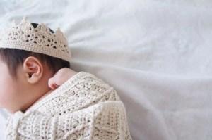 埼玉県所沢市の編み物教室pomponnerがかぎ針編みで編んだ新生児用の王冠の画像