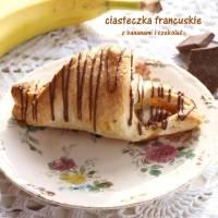 francuskie ciastka z bananami i czekoladą