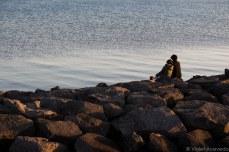 A couple sits amongst the rocks. © Violet Acevedo