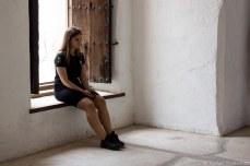 A tourist sits. © Violet Acevedo