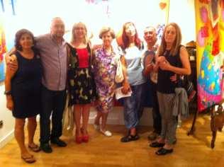 Carmen Casanova, Juanfer Puebla y algunos asistentes a la inauguración de la Exposición 'Glamourama' en la Galería Herráiz de Madrid