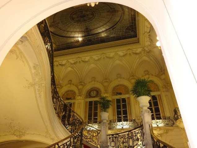 Zacapa Room   Un viaje sensorial al universo del ron Zacapa   Hasta 02-10-2014   Vidriera escaleras del Casino de Madrid