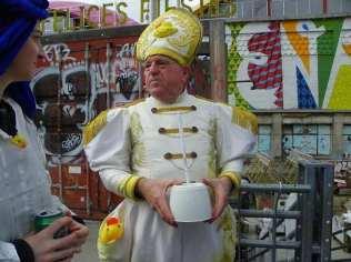 Ordenación 'Pequeño Nicolás' como Obispo de la Iglesia Patólica | 'El Campo de Cebada' | Domingo 28 de diciembre de 2014 | Leo Bassi con hisopo patódico para bendecir a los fieles