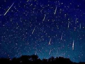 Lágrimas de San Lorenzo o Perseidas sobre el cielo de la noche de agosto en la Sierra de Madrid