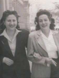 Salir del Armario | Sobre Gloria Fuertes en su centenario | Gloria Fuertes paseando por la Gran Vía madrileña con su amiga Chelo Sánchez en los años 40