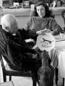 Pablo Picasso, Jacqueline Roque y el perro Lump   Cannes 1957   Foto David Douglas Duncan