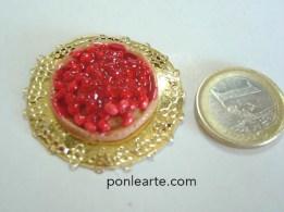 Dulces en miniatura. Bolitas de fino con una capa de pintura gel para hacer pegatianas en los cristales