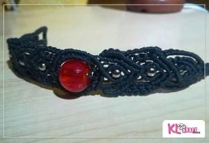 Pulsera negra de macramé con bola roja