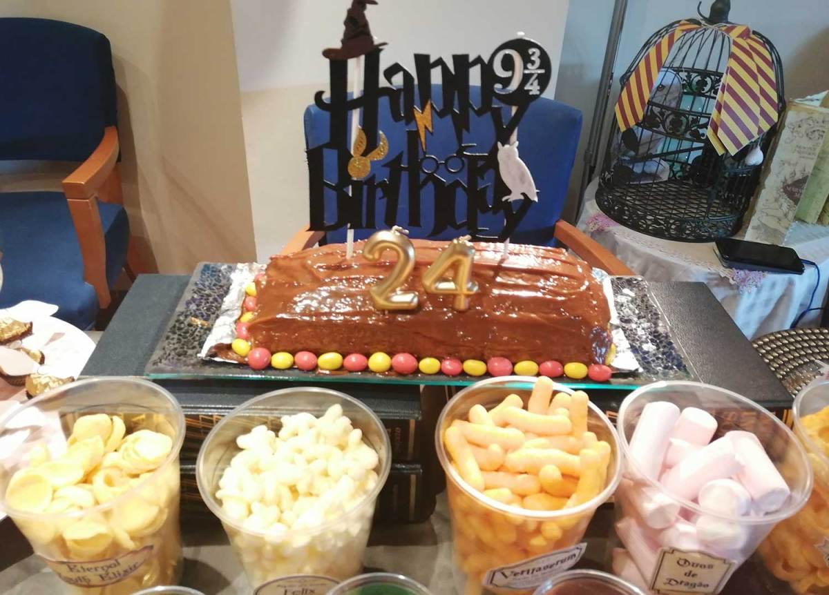 Mesa de comidas de fiesta de Harry Potter. Ponle arte.