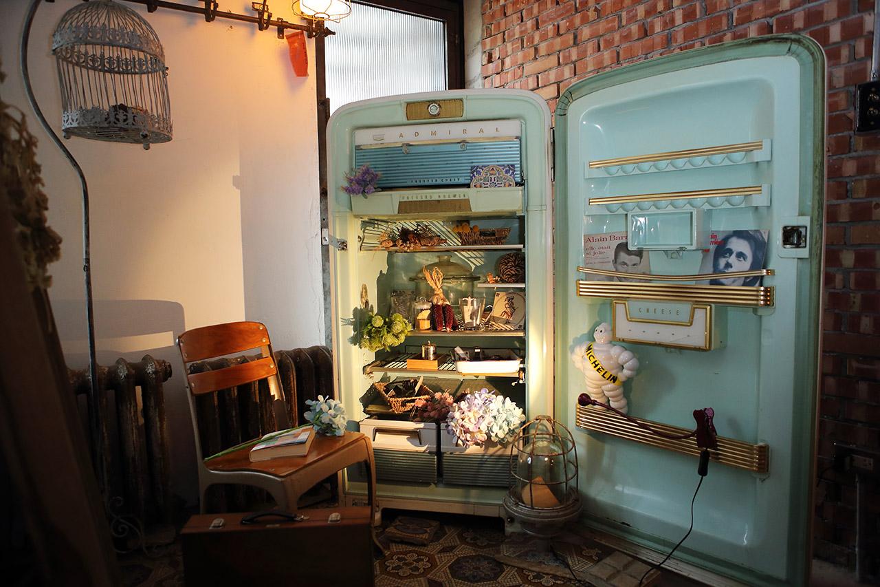 藍綠色老冰箱搖身一變成為別具特色的 Deco 裝飾