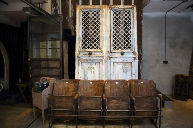 地下室入口處擺放著另一樣式的老門扇與早期歐洲情色電影院中使用的椅子