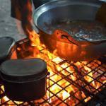 キャンプでカレーを作るために購入したダッチオーブン、焚き火台、はんごうを紹介します。