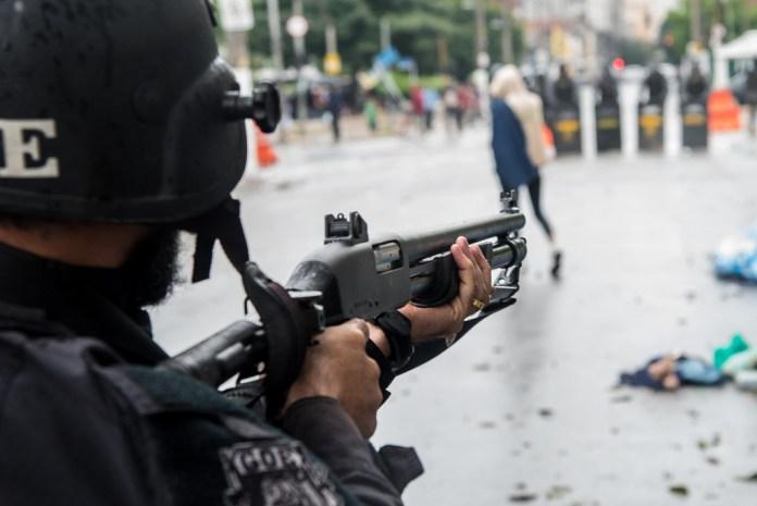 Policial aponta arma contra moradores de rua na Luz, São Paulo, em 21/5/17