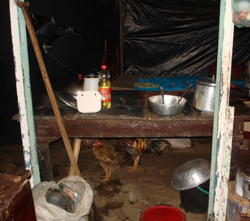 Famílias amontoam pertences e dividem espaço dos abrigos com animais domésticos. Foto: Acervo Cáritas Brasileira Regional Maranhão