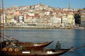 Rabelos parados no Douro em frente à cidade do Porto. Esses barcos, no passado, transportavam o vinho das quintas no Douro até o Porto. Hoje eles são usados para turismo e todos os anos participam de uma regata.