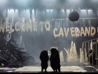 Deux taupes en conciliabule dans la grotte préhistorique