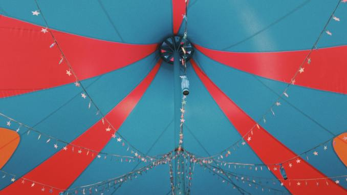 Le sommet d'un chapiteau de cirque (Photo: Unsplash)..