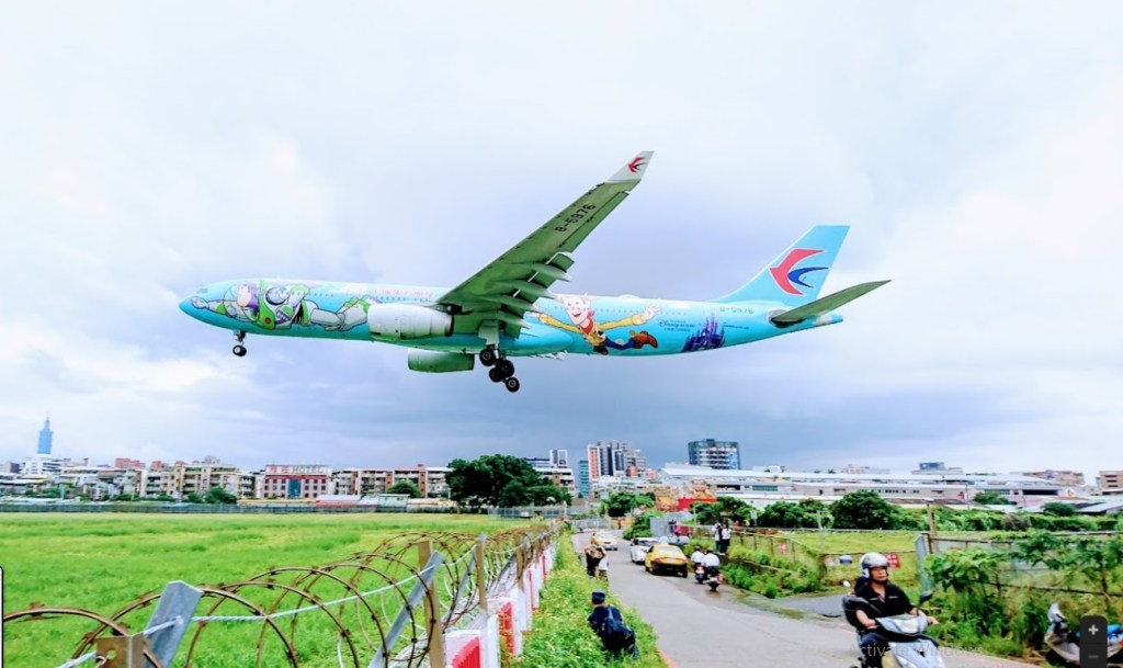 Taipei photography - plane landing very close to the road