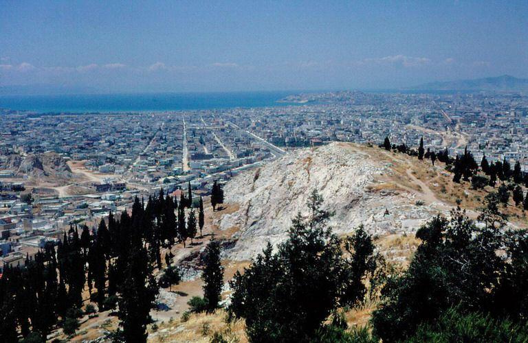 Λόφος του Φιλοπάππου. Στο βάθος φαίνεται το Φάληρο και η θάλασσα Νοσταλγικές φωτογραφίες του 1960