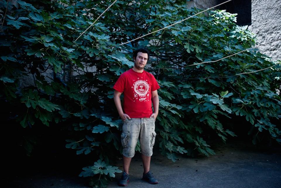Τι ν' αυτό που το λεν' Ικαρία; Ο σκηνοθέτης του ντοκιμαντέρ Little Land, Νίκος Νταγιαντάς, πέρασε στην Ικαρία ένα χρόνο, αρκετός καιρός για να βιώσει από πρώτο χέρι όλους τους μύθους με τους οποίους είναι συνυφασμένο το νησί των αγέραστων αθανάτων και των διονυσιακών πανηγυριών.
