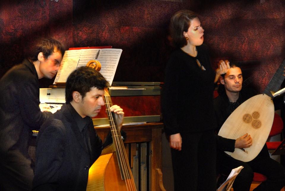 Η Romina Basso με τη μπάντα του Μάρκελλου Χρυσικόπουλου, Latinitas Nostra.