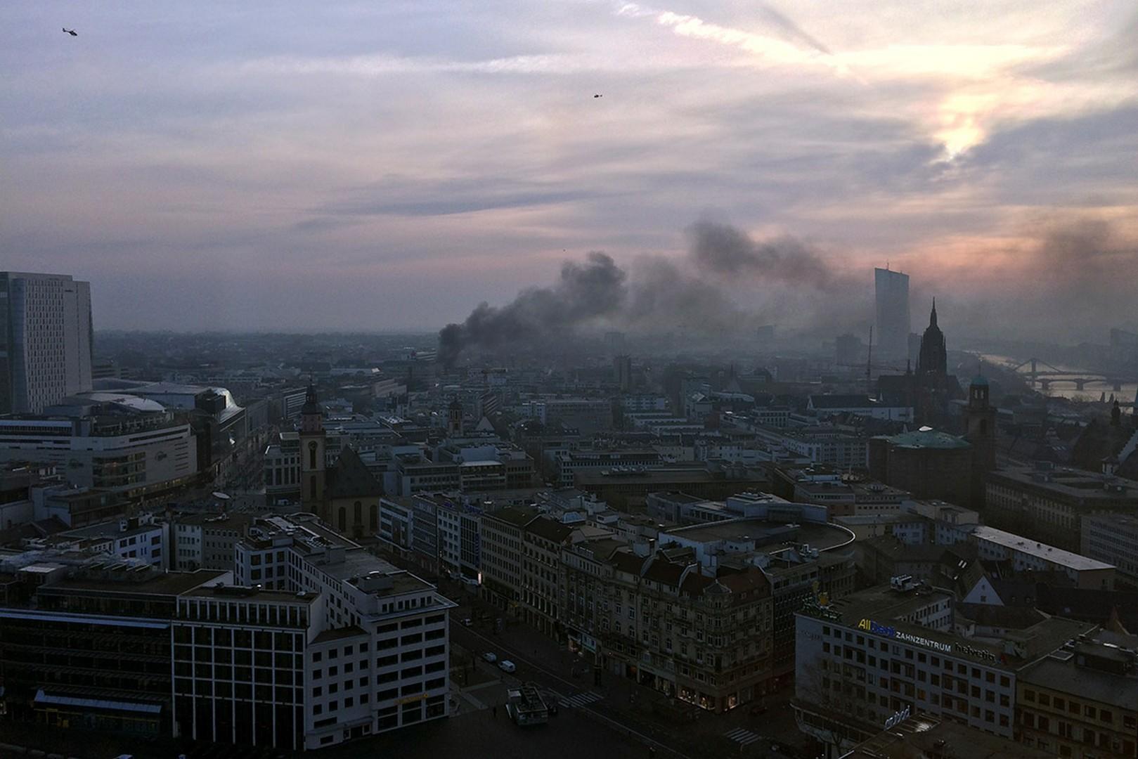 Σύμφωνα με τα γερμανικά ΜΜΕ, η Φρανκφούρτη είχε πολλές δεκαετίες να ζήσει παρόμοιες στιγμές έντασης όπως αυτές της 18ης Μαρτίου.