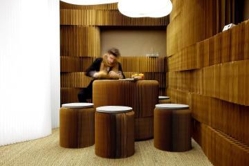 paredes, bancos e mesa feito com papel