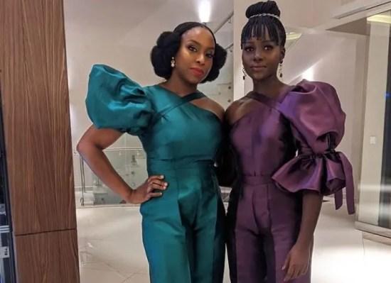 Na foto vemos a autora do livro Chimamanda Ngozi Adichie ao lado da atriz Lupita Nyong'o, que comprou os direitos audiovisuais da obra.