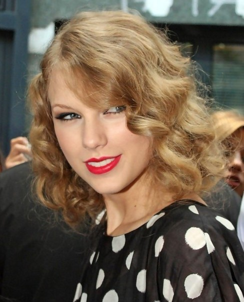 Taylor Swift Medium Hairstyles Blonde Golden Retro Curls