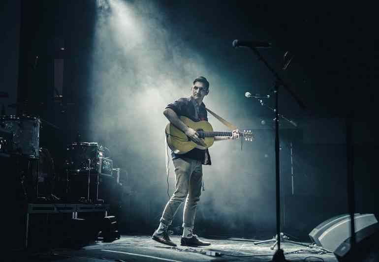 Schlagersänger mit Gitarre