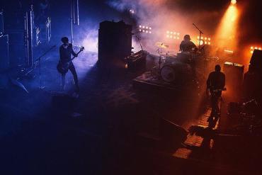 Eine Band steht auf der Bühne