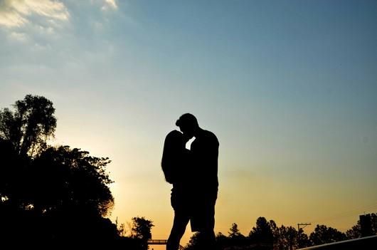 Ein verliebtes Paar küsst sich