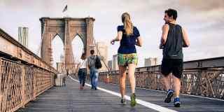 Zwei Personen joggen