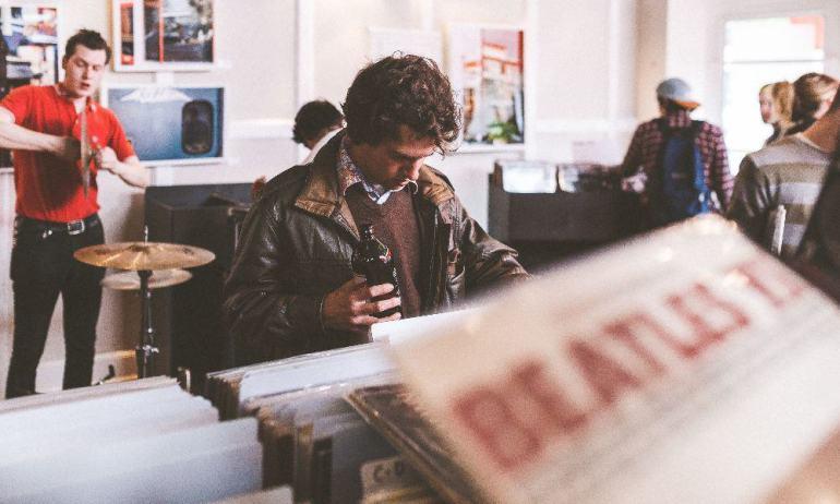 Mann in einem Musikladen