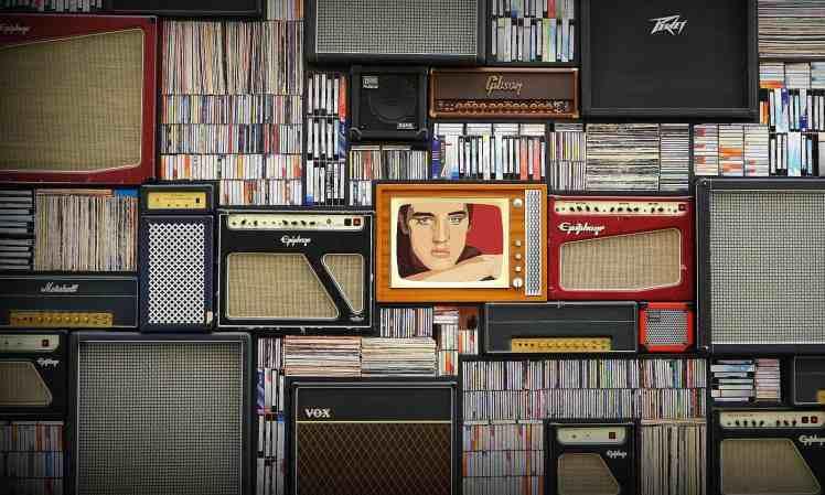 Alte Radios und Schallplatte